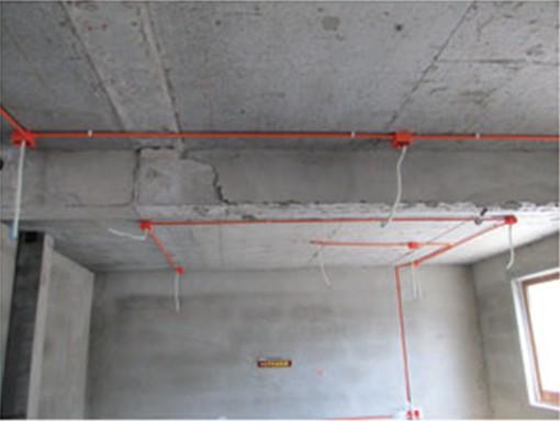 水电安装应切槽并横平竖直布线,先埋管后布线,方便以后检查与维护